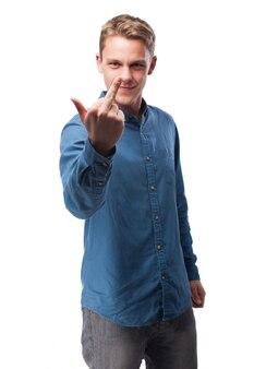 Homme faisant un geste laid avec sa main