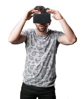 Homme faisant pas voir avec des lunettes de réalité virtuelle
