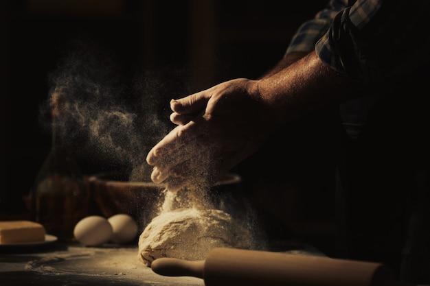 Homme faisant de la pâte dans la cuisine