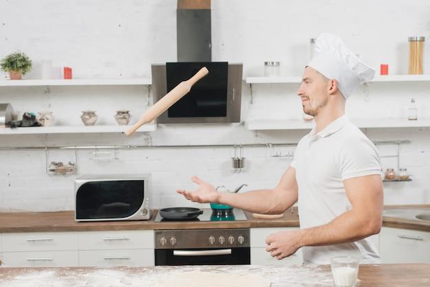 Homme faisant la pâte à pizza