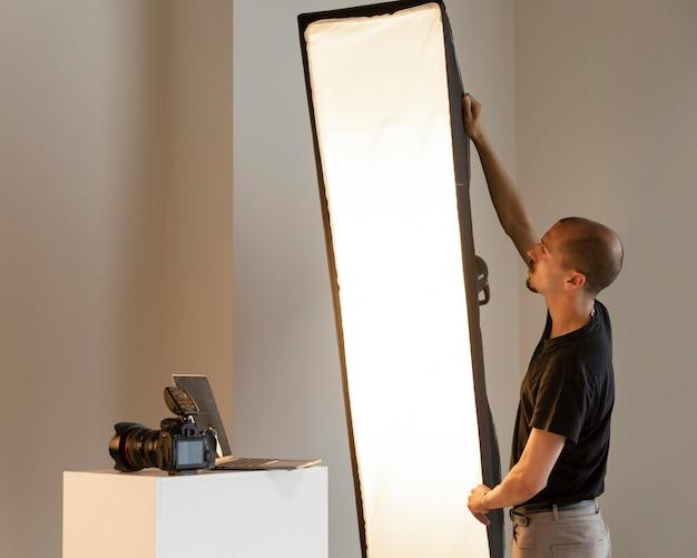 Homme faisant la photographie de produits