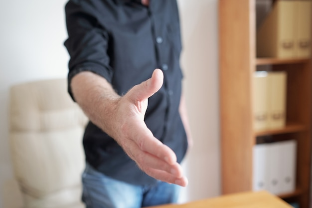 Homme faisant la poignée de main