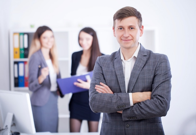 Homme faisant une présentation au bureau et formation de collègues.