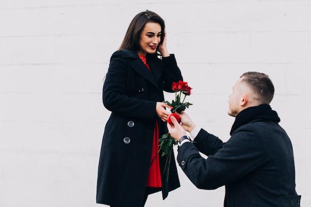 Homme faisant une proposition romantique sur la rue