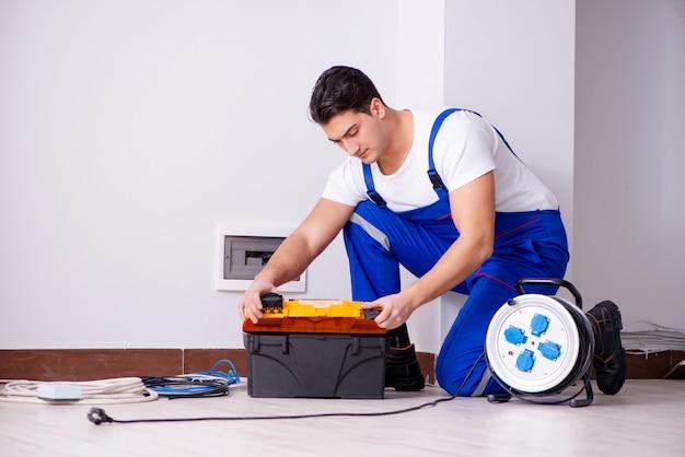 Homme faisant des réparations électriques à la maison