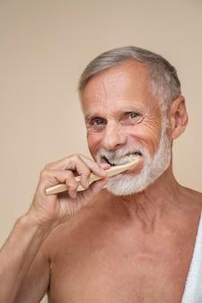 Homme faisant la routine de soins personnels