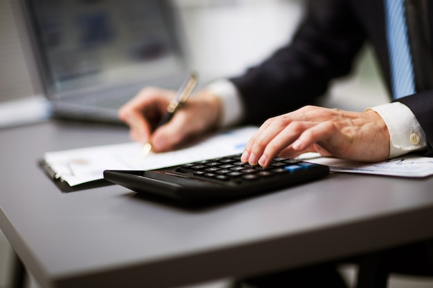 Homme faisant sa comptabilité, conseiller financier travaillant