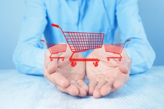 Homme faisant ses courses en ligne sur bleu