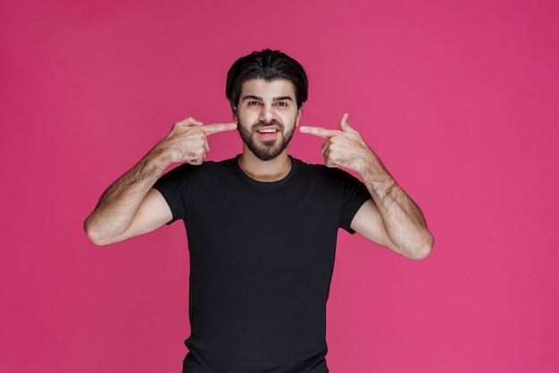 Homme faisant signe à un visage souriant et joyeux.