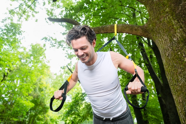 Homme faisant suspension sport traineau sling