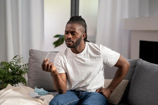 Homme faisant un test covid seul à la maison