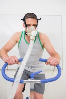 Homme faisant des tests de condition physique sur un vélo d'exercice