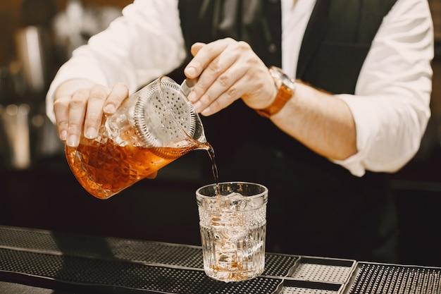 L'homme fait un cocktail