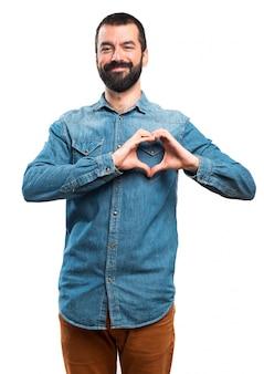 L'homme fait un coeur avec ses mains