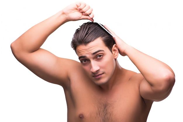 Homme fait ses cheveux isolé sur blanc