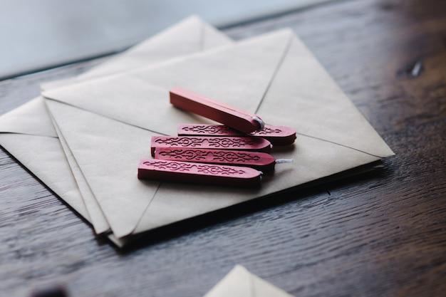 L'homme fait le timbre en utilisant de la cire à cacheter sur l'enveloppe.