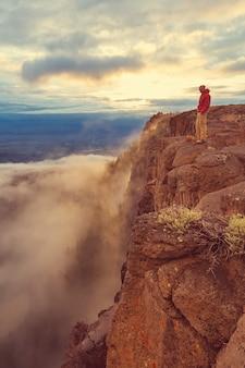 L'homme sur la falaise abrupte