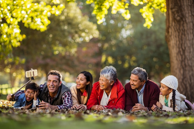 Homme avec famille joyeuse prenant selfie