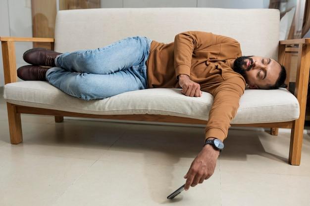 Homme fatigué après avoir passé du temps sur son smartphone