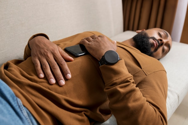 Homme fatigué après avoir passé trop de temps sur son téléphone