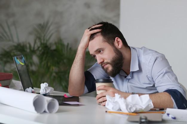 Homme fatigué au travail