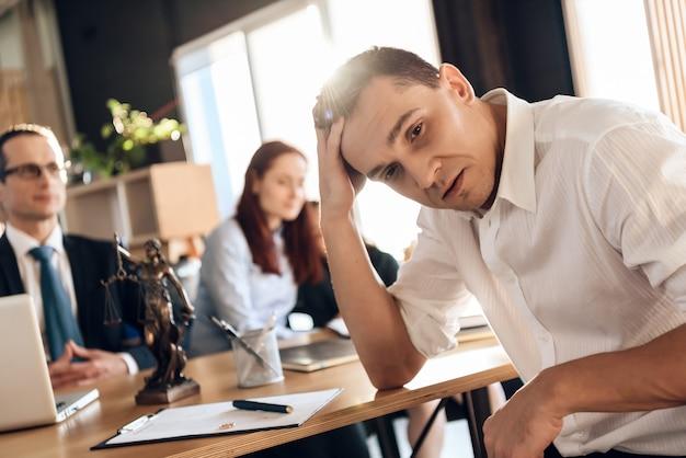 Homme fatigué prend la décision de signer la dissolution du mariage