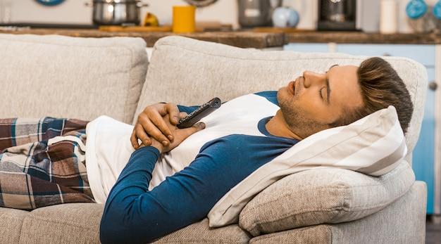 Un homme fatigué se repose à la maison pendant la quarantaine