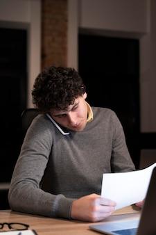 Homme fatigué travaillant tard pour un projet urgent