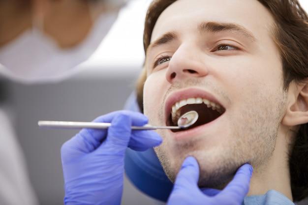 Homme en fauteuil dentaire
