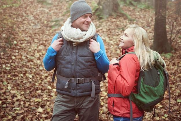 Homme et femme adultes dans la forêt