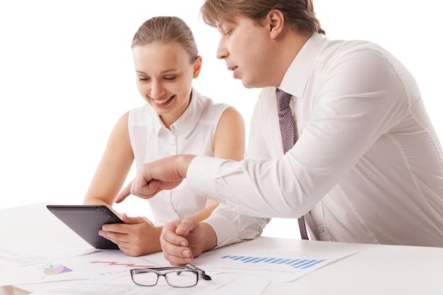 L'homme et la femme d'affaires tiennent une tablette et discutent, portrait en gros plan isolé sur fond blanc.