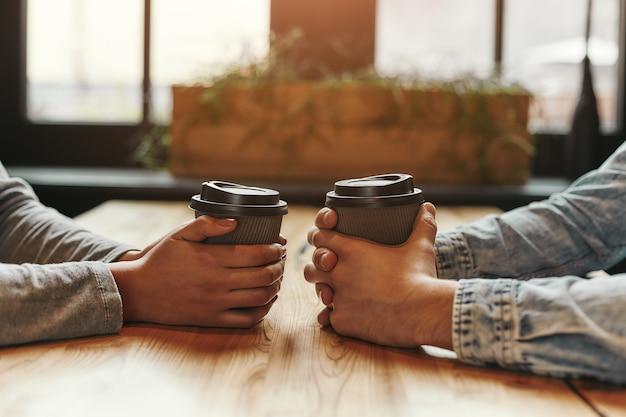L'homme et la femme à l'ambiance chaleureuse ont une réunion dans un café moderne