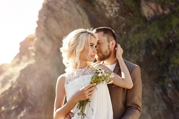 Homme et femme amoureux et câlins, couple amoureux