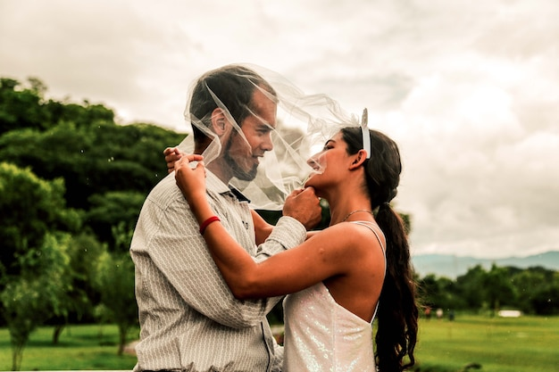 Homme et femme amoureux se regardant