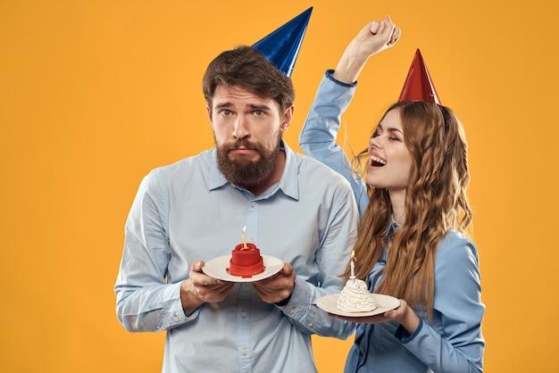 Homme et femme amusement et célébration anniversaire joie vacances fond jaune. photo de haute qualité