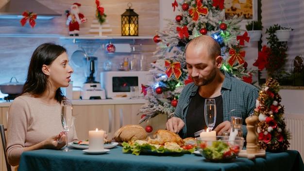 Homme et femme appréciant le dîner de fête à noël