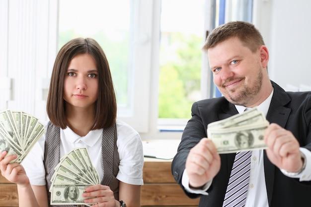 Un homme et une femme apprécient l'argent léger