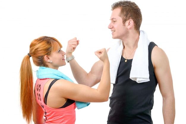 Homme et femme après un exercice de fitness