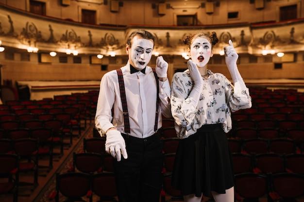 Homme et femme artiste mime faisant des appels téléphoniques geste