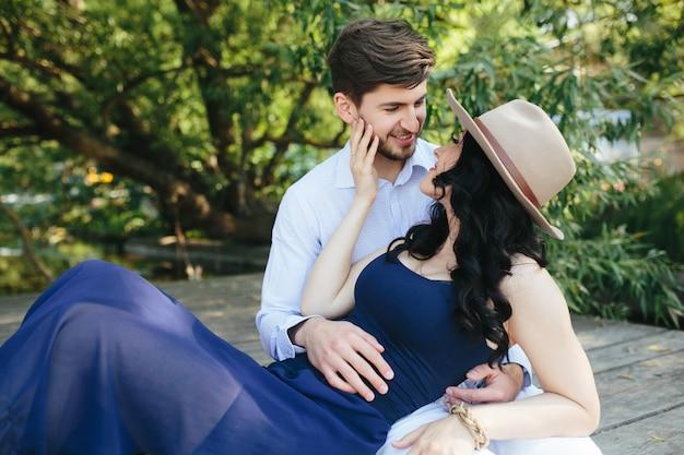 Homme et femme au bord du lac pour passer du temps dans les bras l'un de l'autre