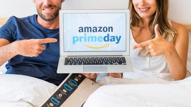 Homme et femme au lit avec montrant les doigts à l'ordinateur portable