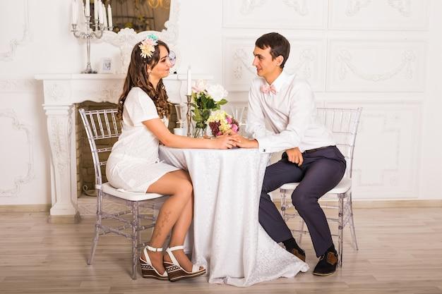 Homme et femme au restaurant - main dans la main
