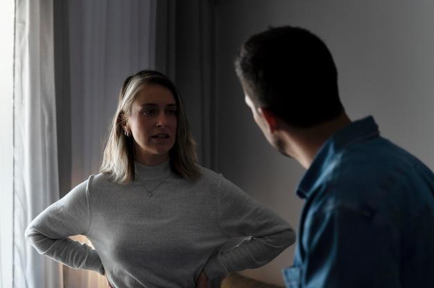 Homme et femme ayant un combat à la maison