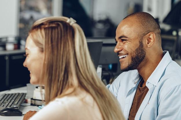 Homme et femme ayant une conversation au bureau