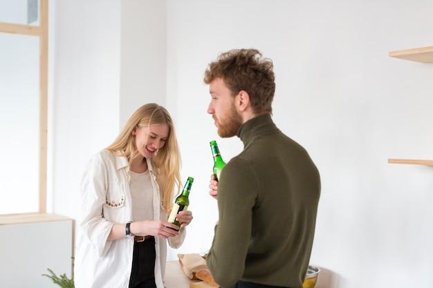 Homme et femme buvant de la bière