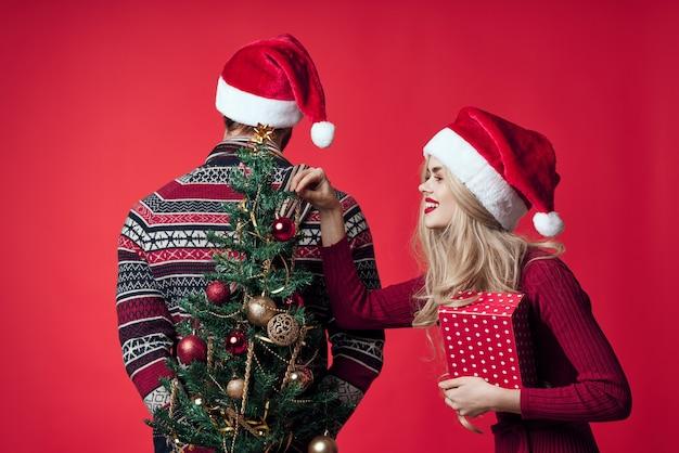 Homme et femme cadeau vacances de noël plaisir du nouvel an