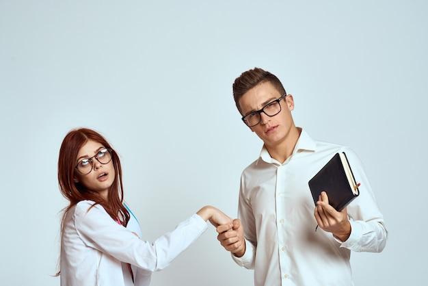 Homme et femme avec des cahiers