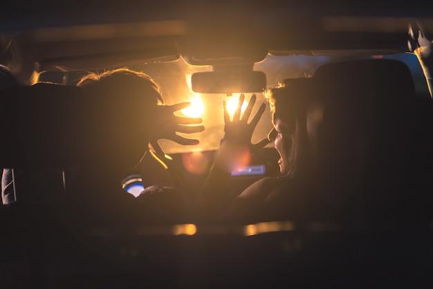 L'homme et la femme conduisent une voiture en situation d'urgence. le soir la nuit