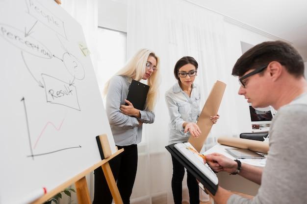 Homme et femme consultant des données d'entreprise