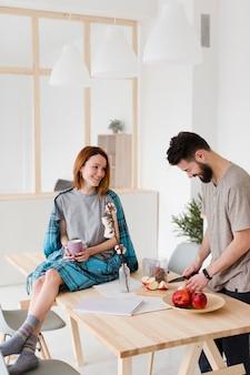 Homme femme, conversation, dans cuisine